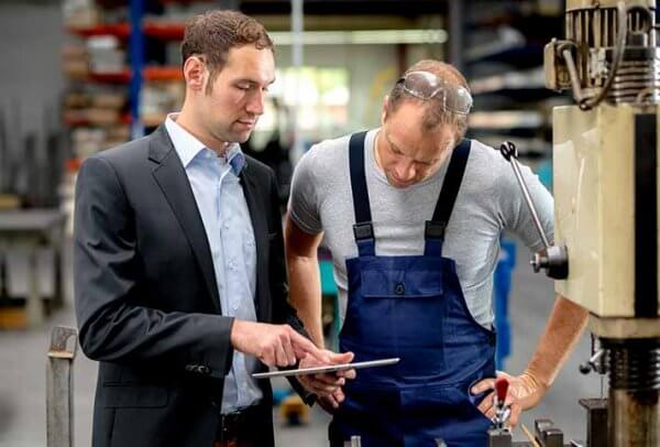 advanced-planning-and-scheduling-produktionsleiter-und-werksmitarbeiter-im-gespraech