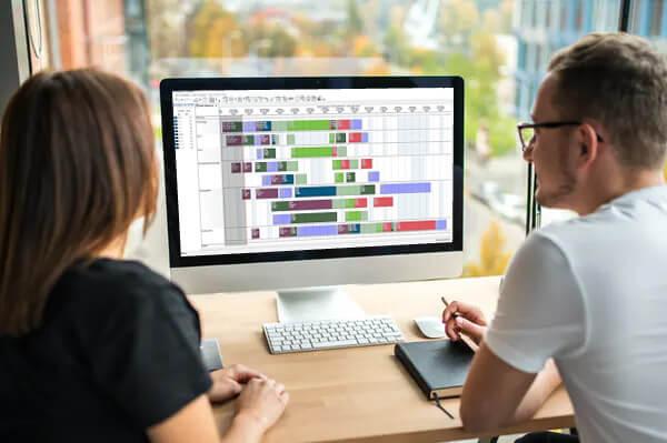 zwei-personen-vor-pc-advanced-planning-scheduling-software